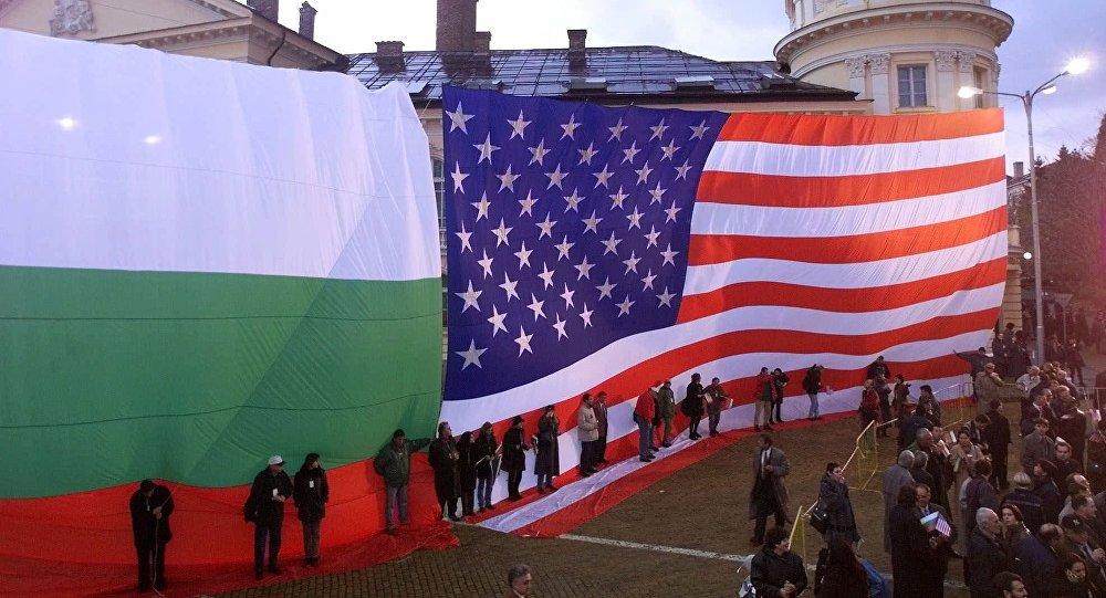 Banderas de EEUU y Bulgaria