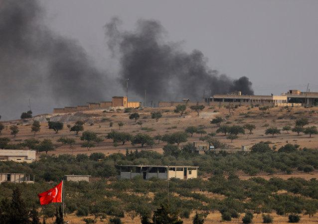 La vista a la frontera turco-siria de la ciudad de Karkamis