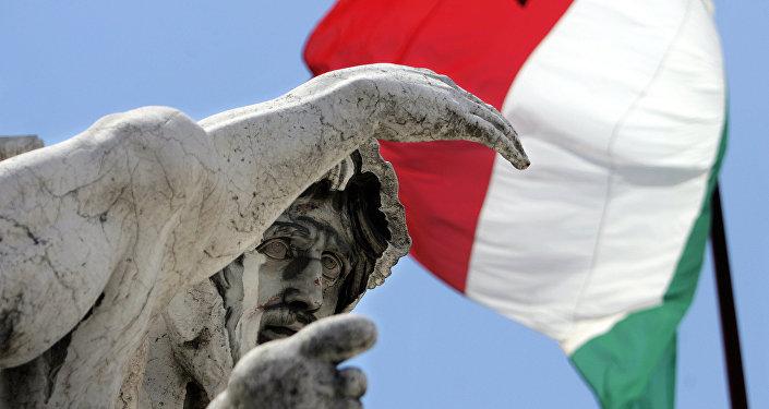 Bandera de Italia a media asta en memoria de víctimas del terremoto (Archivo)