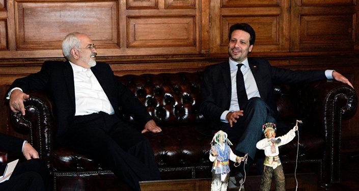 Mohammad Yavad Zarif, canciller de Irán, y Guillaume Long, canciller de Ecuador
