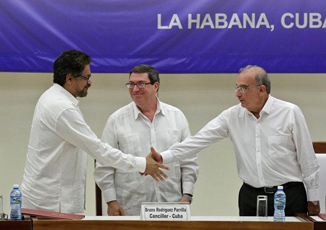Iván Márquez, leader de las FARC, Bruno Rodriguez, canciller cubano, y Humberto de la Calle, negociador del Gobierno colombiano