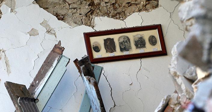 La pared interior de la casa destruida por terremoto en Amatrice, Italia