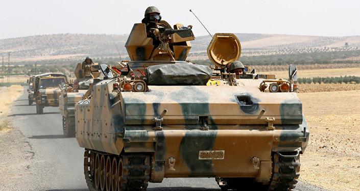 Los vehículos armados militares turcos en la frontera truco-siria