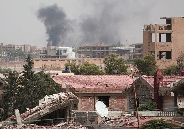 Unas columnas de humo se alzan en una ciudad siria (archivo)
