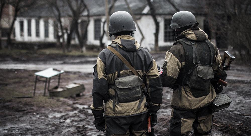 Voluntarios de la república autoproclamada de Donetsk en el pueblo de Shirókino
