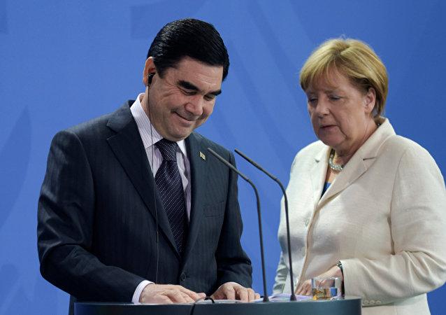 El presidente de Turkmenistán, Gurbanguli Berdimujamedov y la canciller de Alemania, Angela Merkel