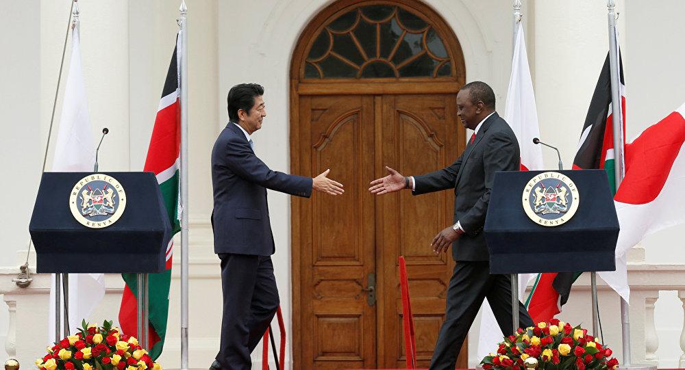 Shinzo Abe, primer ministro de Japón, y Uhuru Kenyatta, presidente de Kenia, en la conferencia de TICAD en Nairobi
