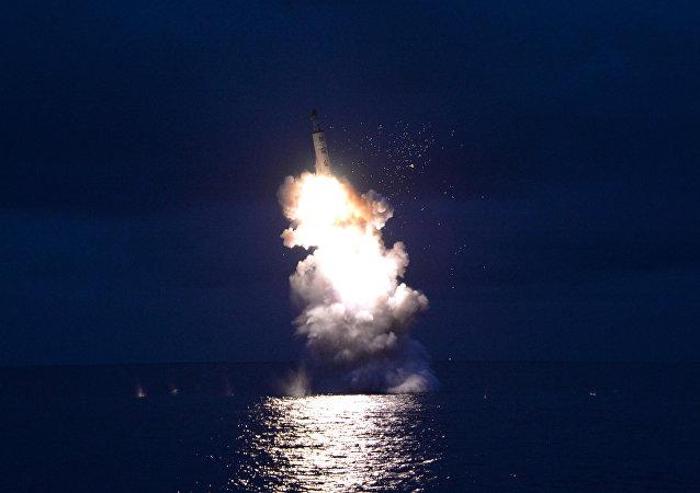 Lanzamiento de un misil desde un submarino por Pyongyang