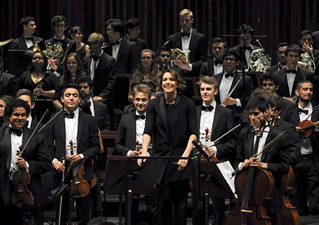 La directora mexicana de orquesta sinfónica, Alondra de la Parra