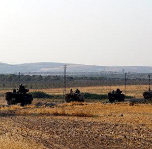 Los vehículos blindados turcos en la frontera con Siria