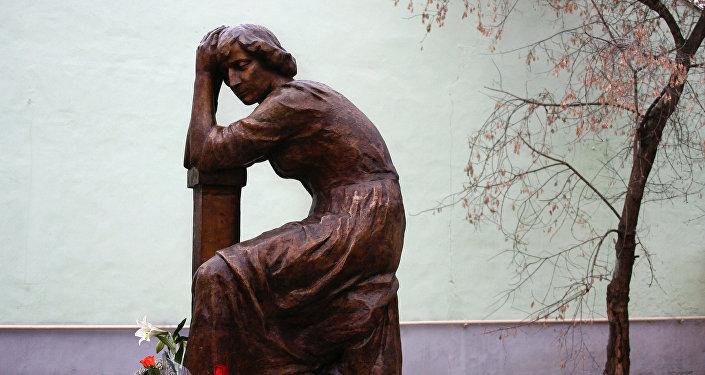 Monumento a la poeta Marina Tsvetáieva