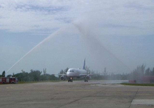 Aterriza en Cuba el primer vuelo regular de pasajeros en cinco décadas