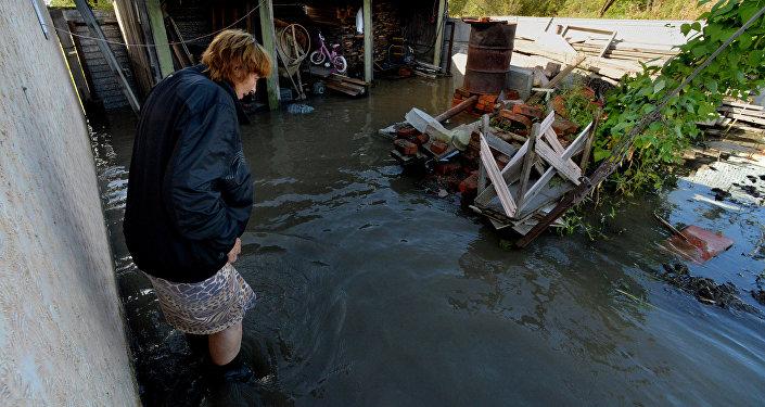 Una moradora de la región de Primorie avalia los estragos causados por el tifón Lionrock