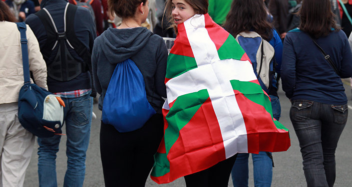 Gente con la bandera vasca
