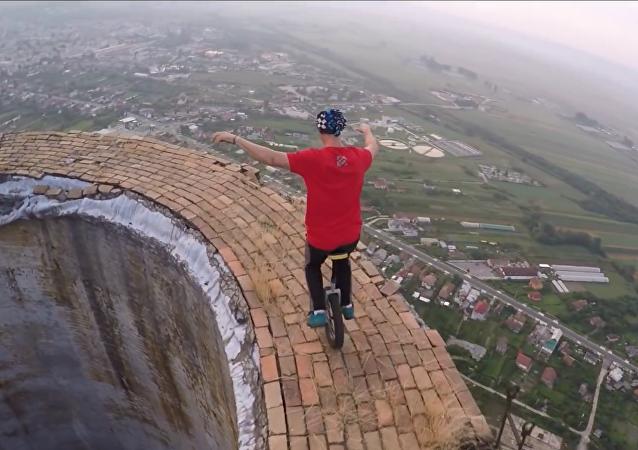 Acróbatas rumanos tientan a la suerte con un monociclo a 250 metros de altura