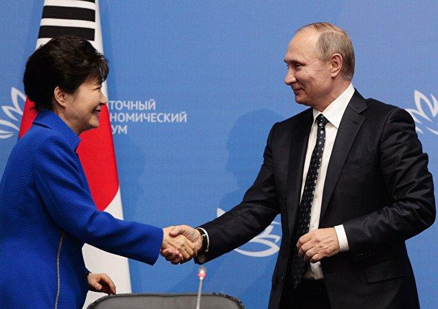 La presidenta de Corea del Sur, Park Geun-hye y el presidente de Rusia, Vladímir Putin