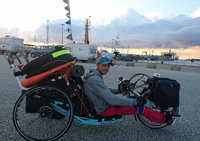 Tras sufrir un trágico accidente con su moto deportiva, Alexandr prefirió una bici de mano a una silla de ruedas.