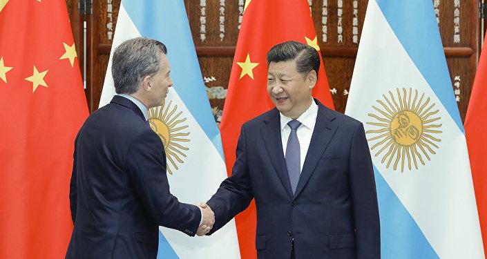 Presidente chino estrecha manos con su homólogo argentino Macri