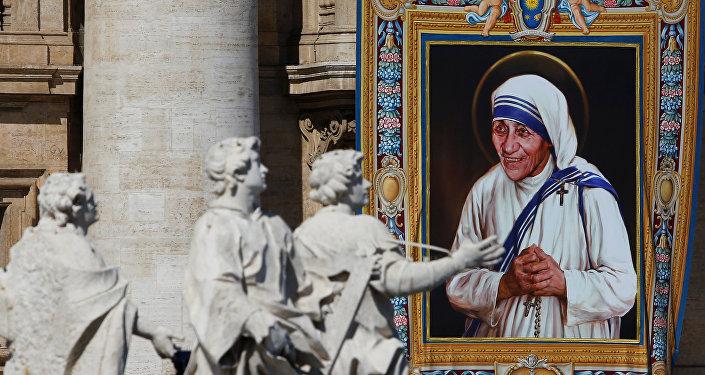 El retrato de la Madre Teresa de Calcuta en la fachada de la basílica de San Pedro durante su canonización en la plaza de San Pedro en la ciudad del Vaticano
