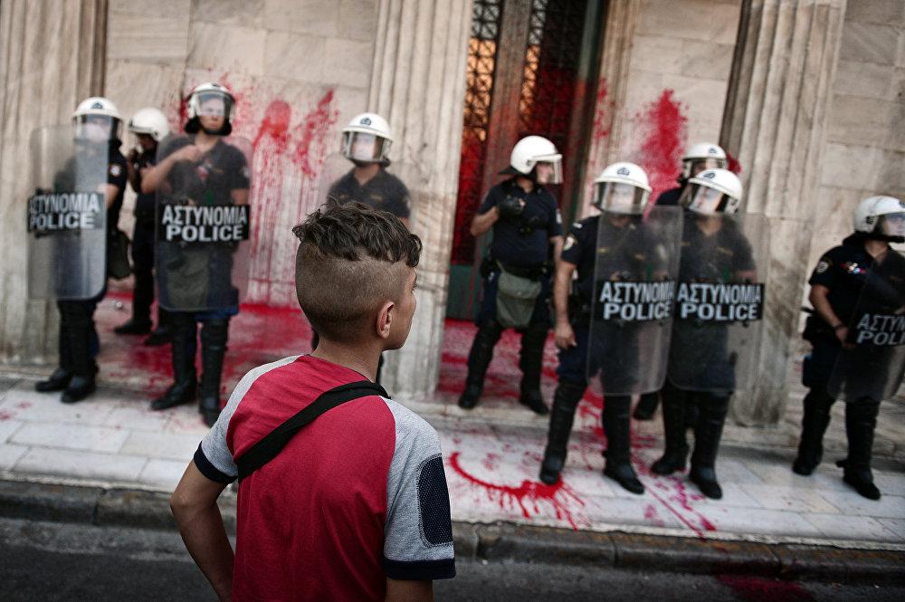 Policías durante la manifestación en apoyo de los inmigrantes en Atenas.
