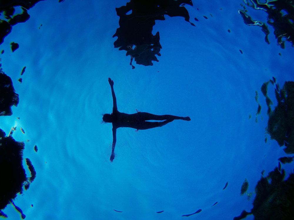Una mujer en una piscina, Madrid, España.