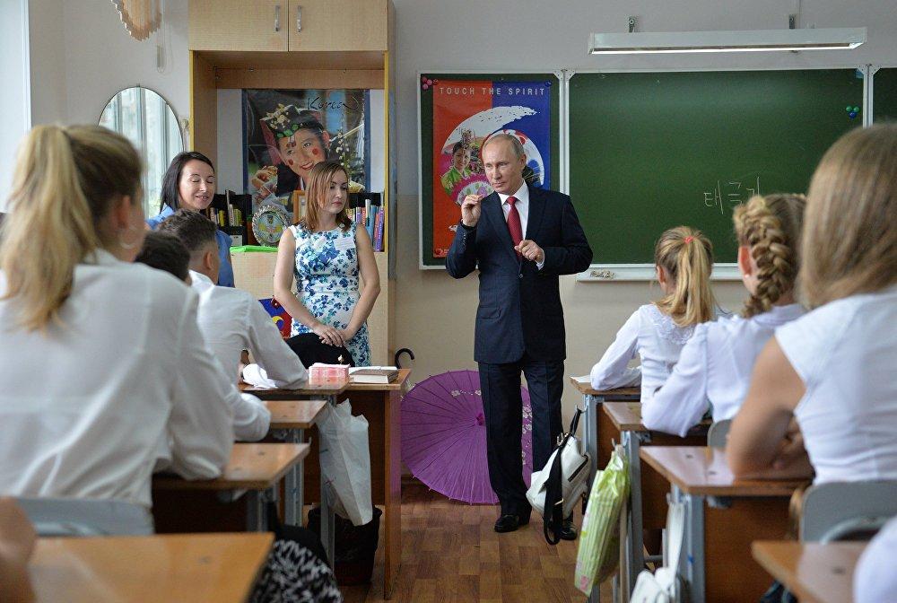 El presidente de Rusia, Vladímir Putin, durante una visita al gimnasio №2 de Vladivostok. 1 de septiembre.