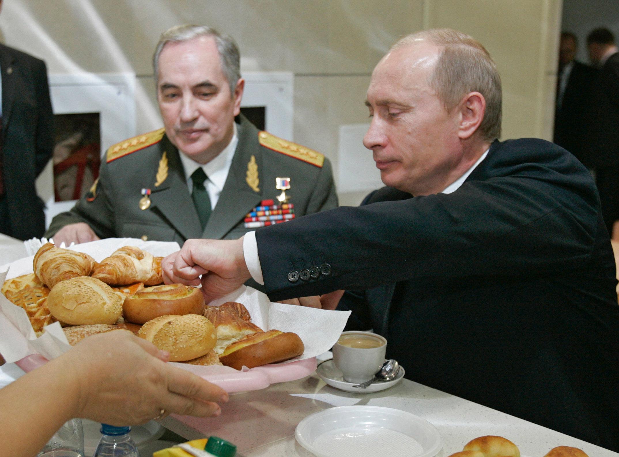 Putin eligiendo los mejores piroguí