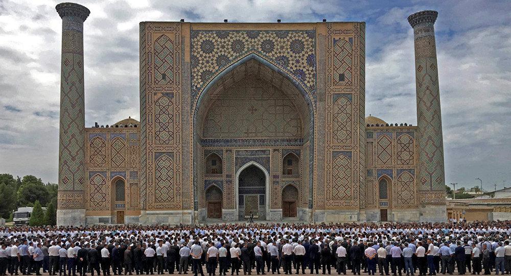 La ceremonía de despedida con el presidente Islám Karímov en Samarcanda, Uzbekistán