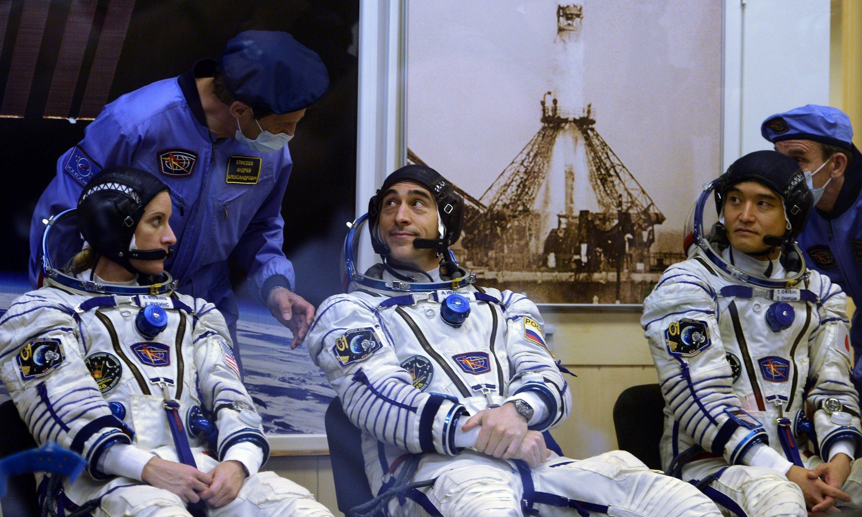 Astranautas de la 48ª expedición, Kathleen Rubins (EEUU), Anatoli Ivanishin (Rusia) y Takuya Onishi (Japón)