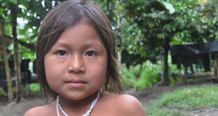 Niña indigena en el campamento de las FARC de camino a la escuela