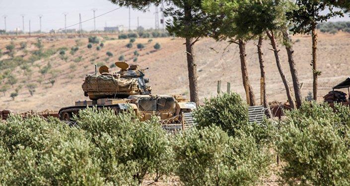 El tanque turco en la ciudad fronteriza de Kilis, Turquía