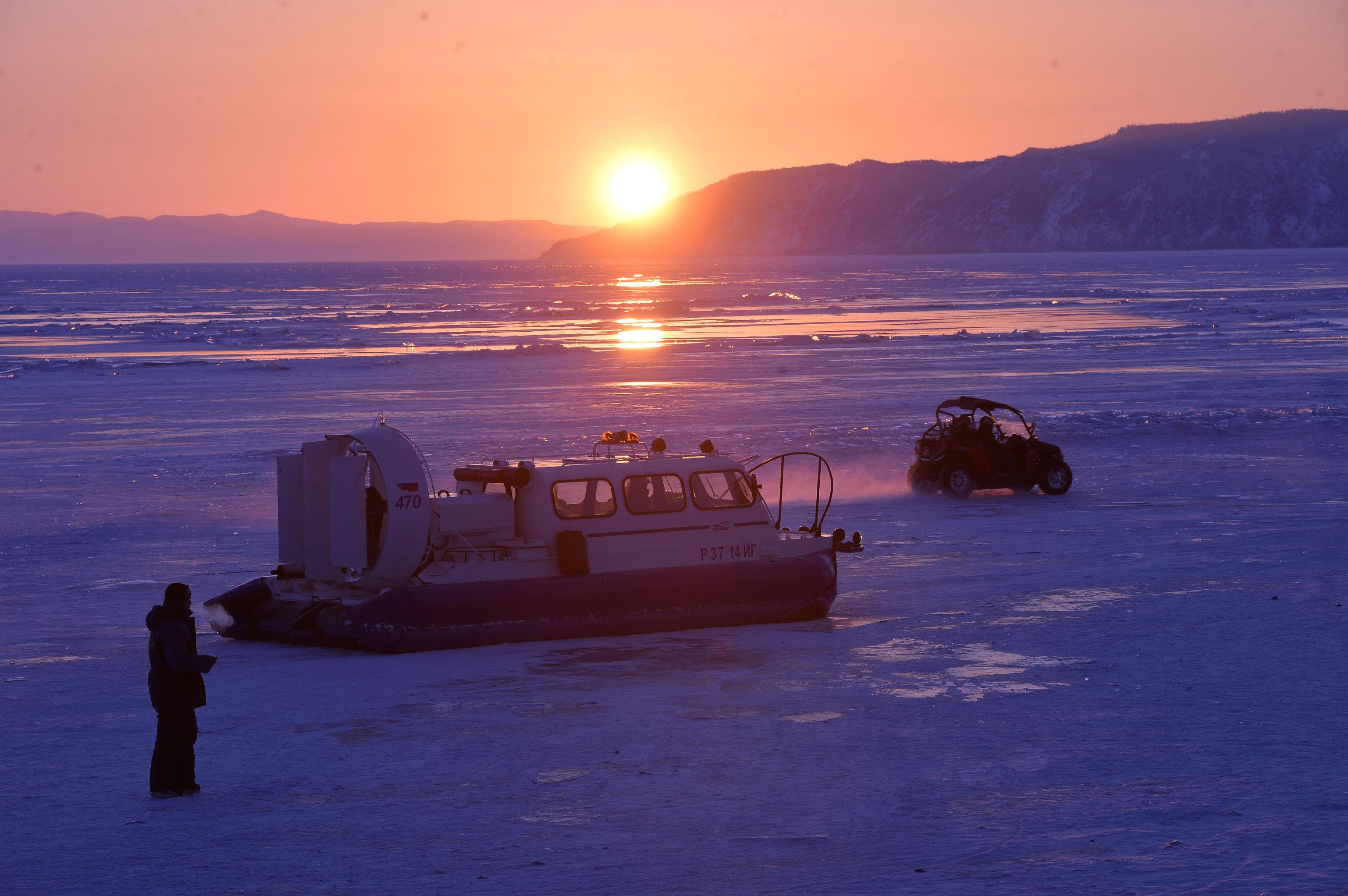 Un paisaje de invierno en el lago Baikal.