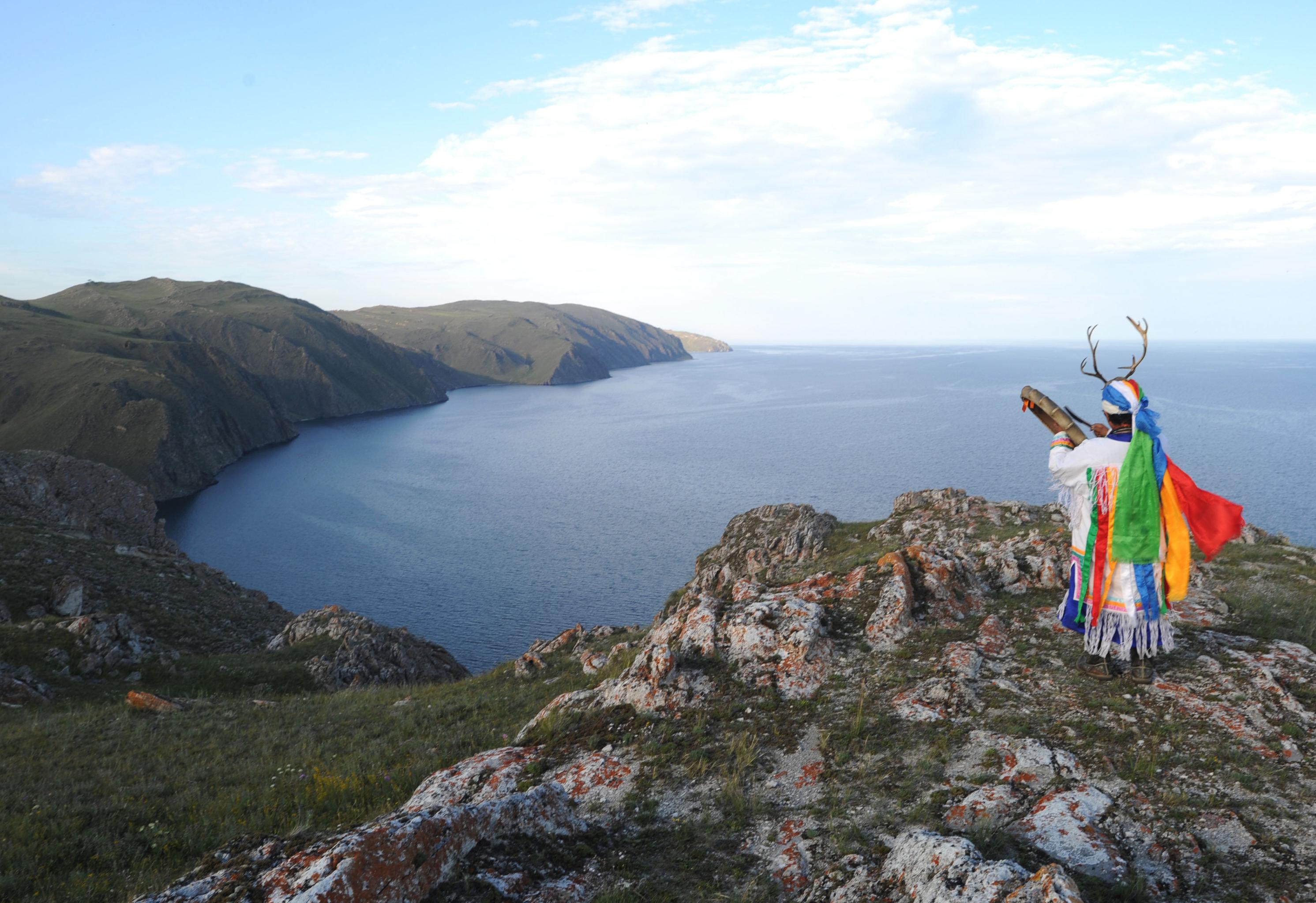 Tanto los pueblos indígenas de la región como los rusos que llegaron al Baikal en el siglo XVII y los extranjeros modernos, se inclinaban ante la belleza del lago, al que han llamado un 'mar sagrado', 'lago sagrado' y fuente de 'agua bendita'.