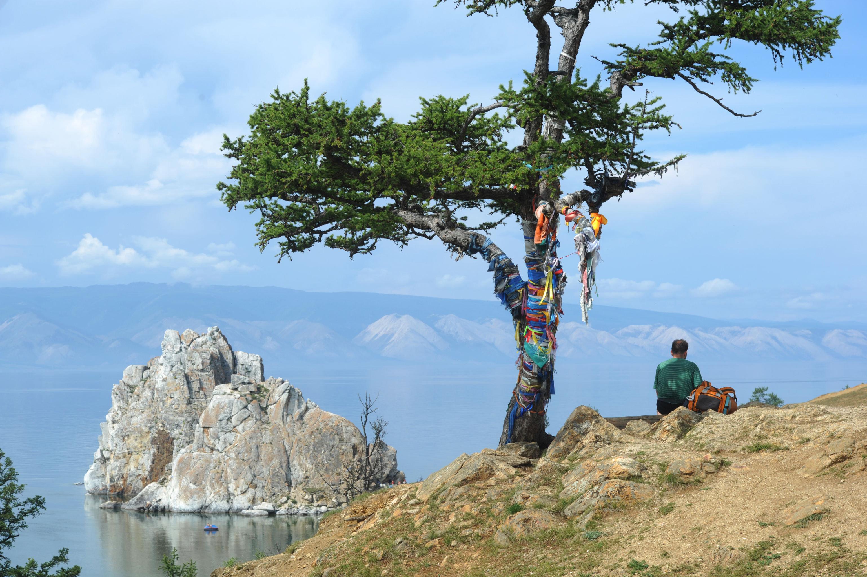 La isla Oljón es el centro geográfico, histórico y espiritual del lago.