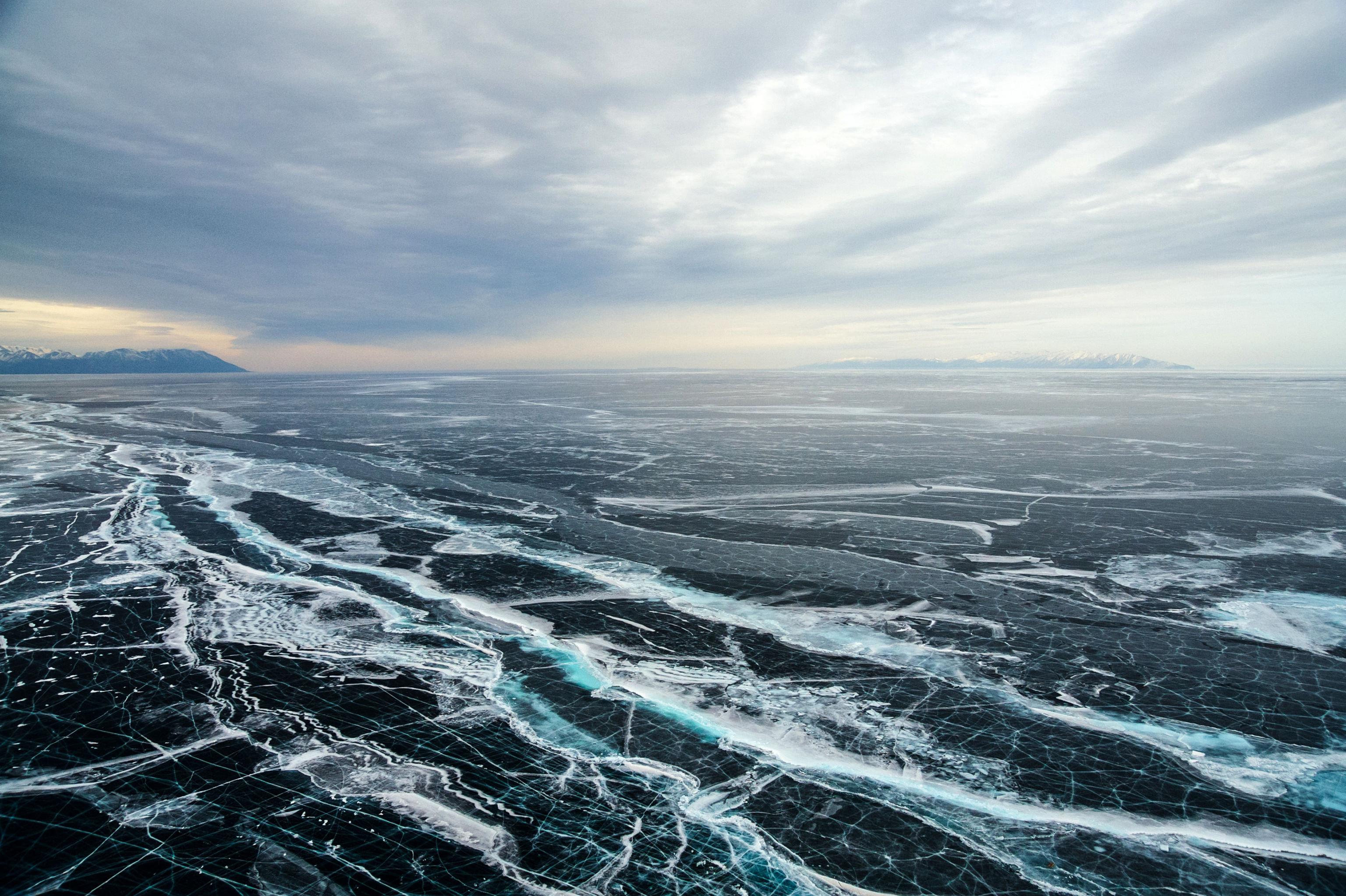 En invierno, el Baikal se convierte en una carretera en la que se puede conducir coches, motos de nieve, vehículos anfibios aerodeslizadores o trineos. Así, es posible llegar hasta los lugares más apartados del lago de manera más rápida.