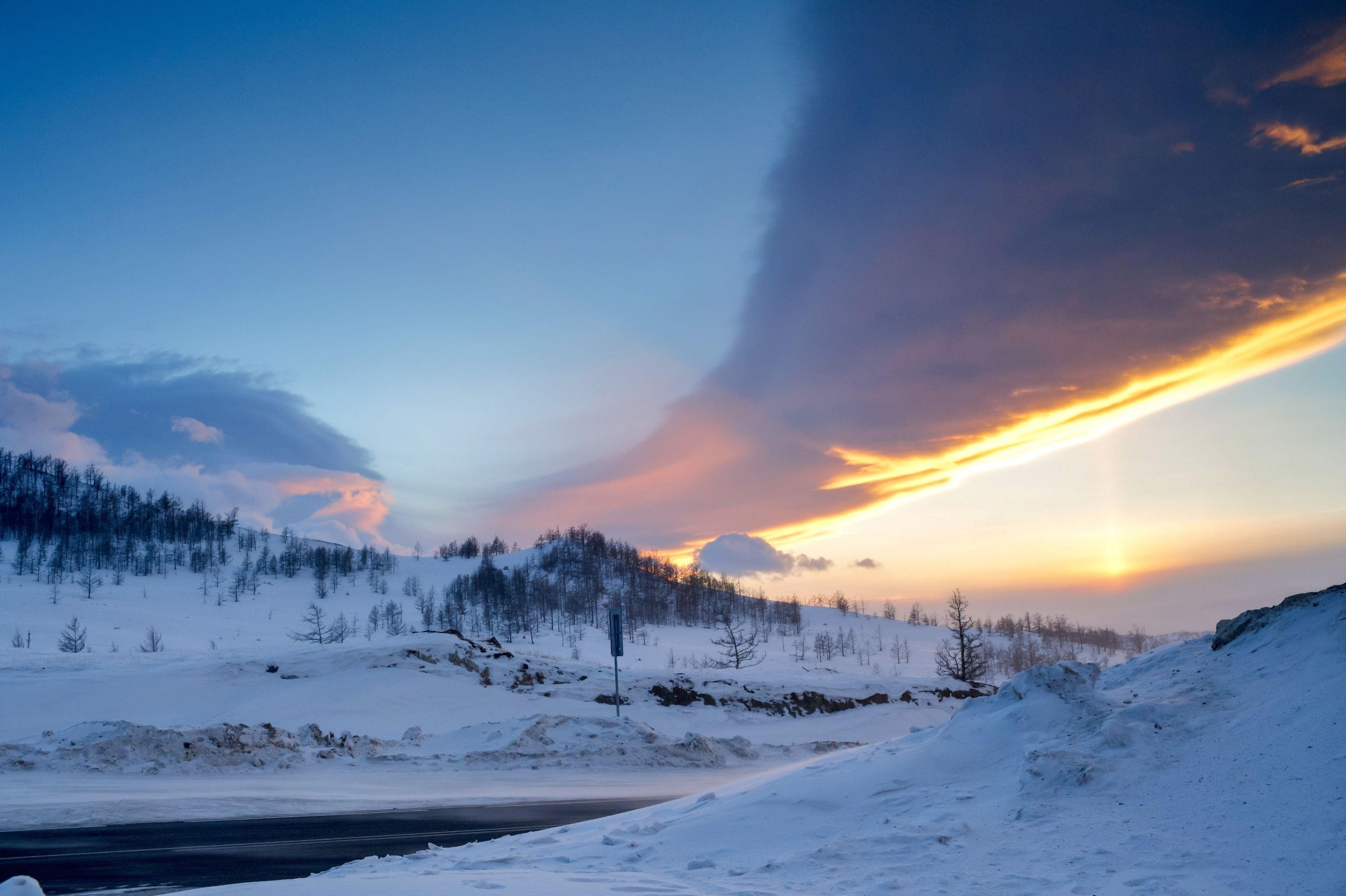 Puesta de sol en la carretera Irkutsk-MRS, cerca del lago Baikal