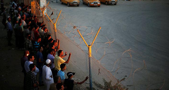 Palestinos en la frontera egipcia de Rafah (archivo)