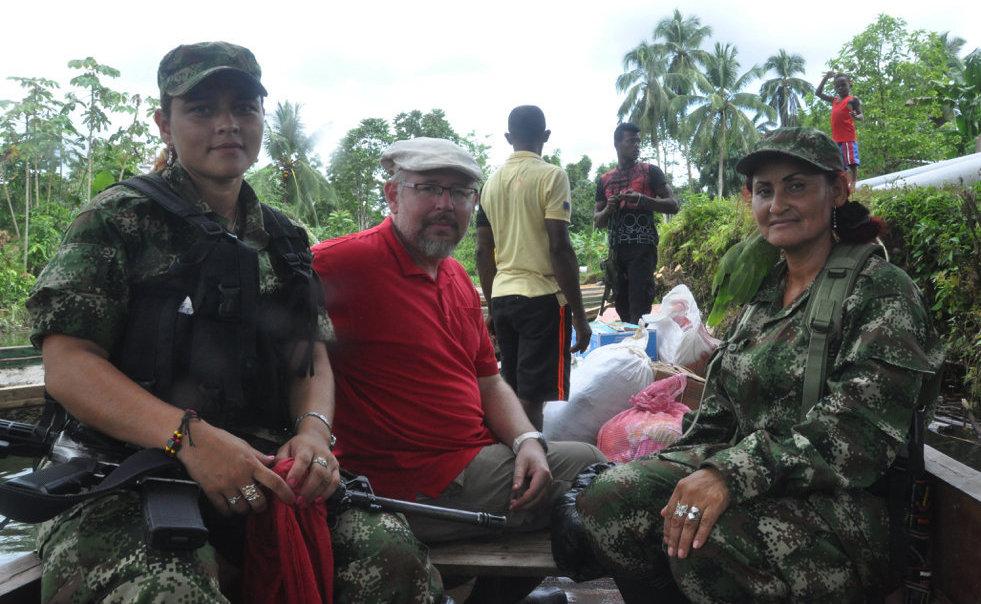 Oleg Yasinsky compartiendo con los guerrilleros de las FARC