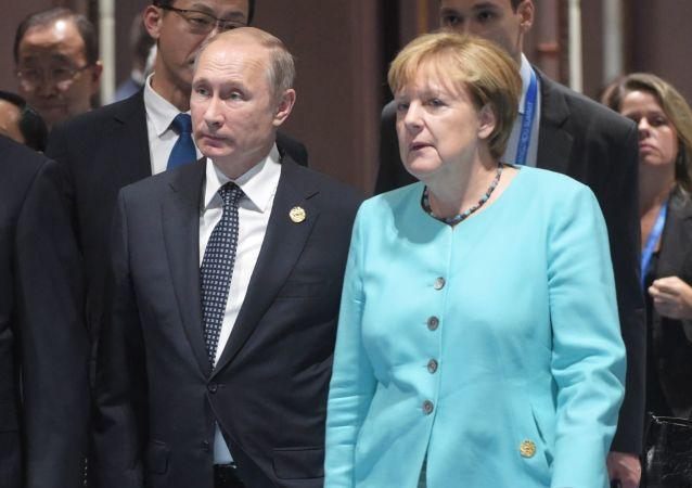 Vladímir Putin (centro) con Xi Jinping y Angela Merkel