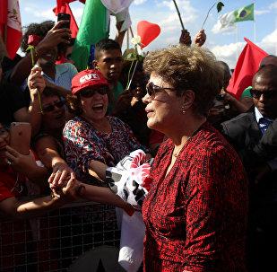 La expresidenta brasileña Dilma Rousseff abandonó definitivamente el Palacio de la Alvorada de Brasilia ante una multitud que la aclamaba