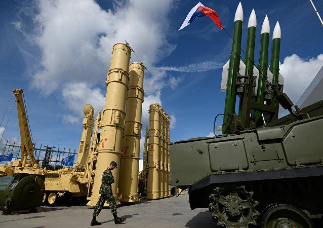 Sistemas antiaéreos rusos S-300VM Antey-2500 (izda.) y SA-17 Buk-M2 (dcha.)