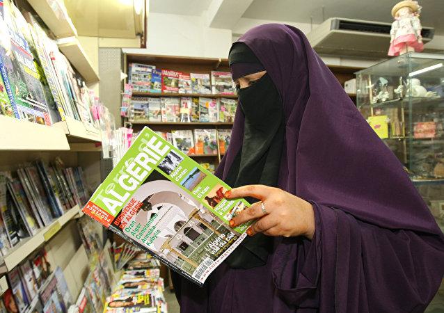 Una mujer en niqab