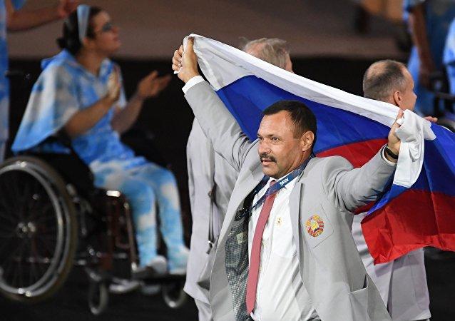 Un miembro de la selección paralímpica bielorrusa lleva la bandera de Rusia durante la ceremonia de inaugaración de los Juegos Paralímpicos de 2016 en Río de Janeiro