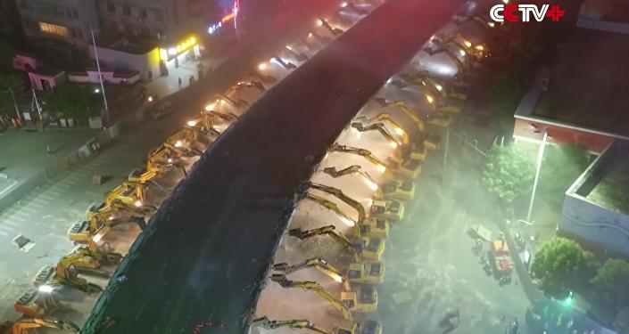 China muestra cómo demoler un puente en una noche