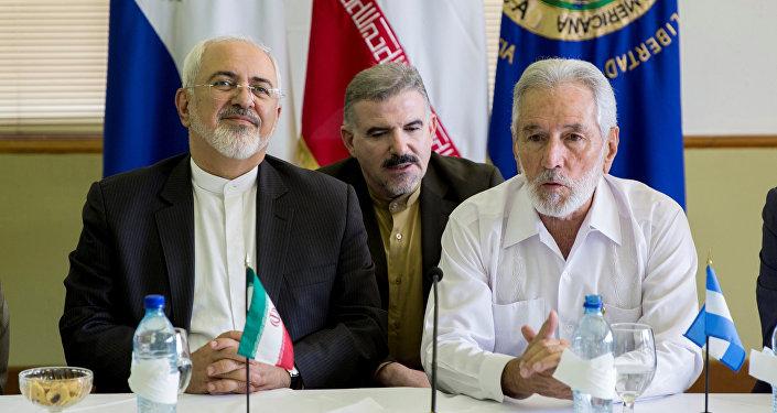 El canciller iraní, Mohammad Yavad Zarif, y su homólogo nicaragüense Samuel Santos