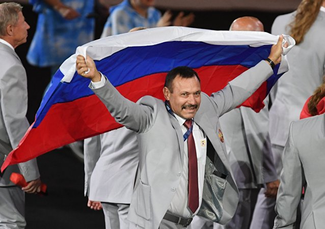 Andrei Fómochkin con la bandera rusa