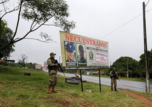 Cartel con las imágenes de personas secuestradas por la guerrilla del EPP (archivo)