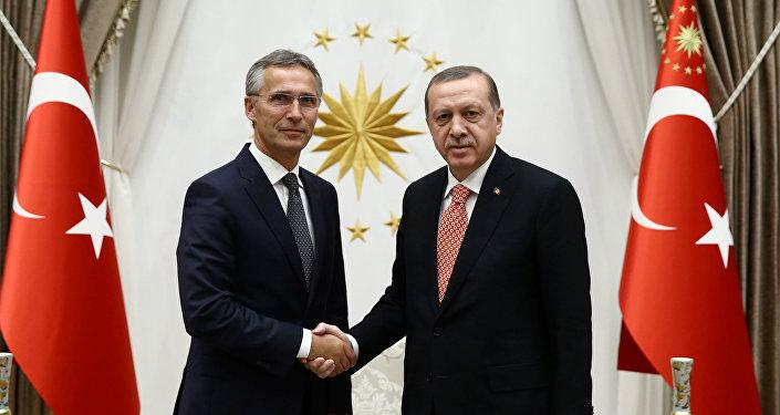 Secretario general de la OTAN, Jens Stoltenberg, y presidente de Turquía, Recep Tayyip Erdogan