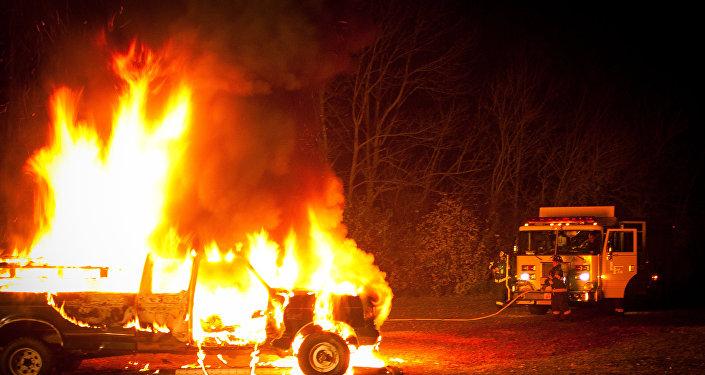 Un coche en fuego