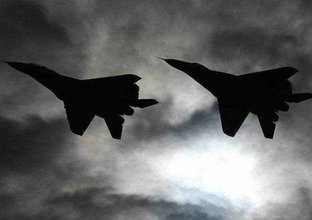 Aviones de combate MiG-29 sobrevuelan el foro ARMY 2016
